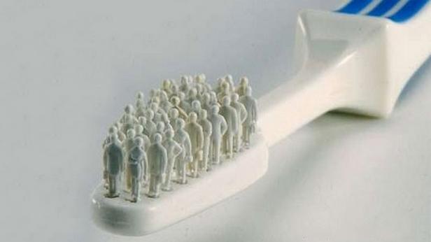 Зубная щетка с человечками вместо щетинок